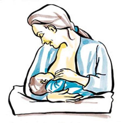 Giữ em bé trên đùi mẹ, hỗ trợ bằng cánh tay cùng chiều với bên ngực bé ti mẹ.
