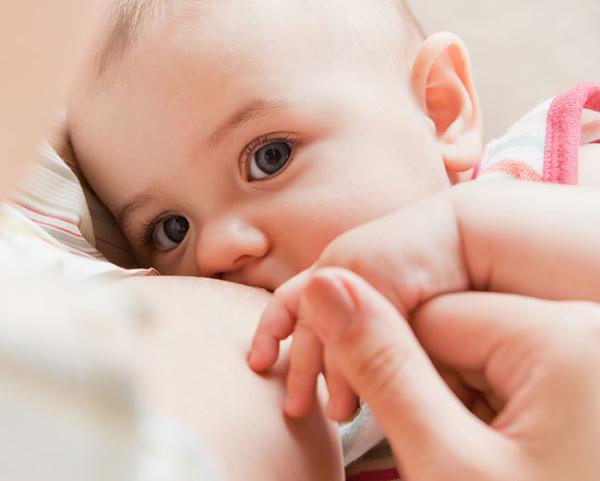Làm sao biết bé bú đủ sữa mẹ