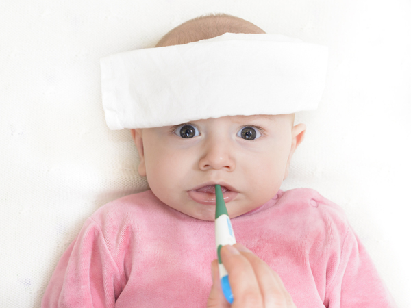 Mẹ cần làm gì khi trẻ sơ sinh bị sốt? 1