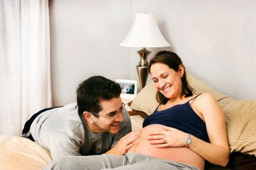 Tại sao các ông bố nên trò chuyện với thai nhi 1